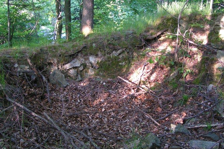 Pikeroi: Reste des Nebengebäudes an der Talseite.