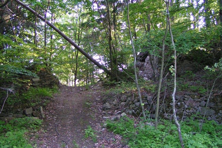 Pikeroi: Torbereich der Burg von der Starße aus gesehen
