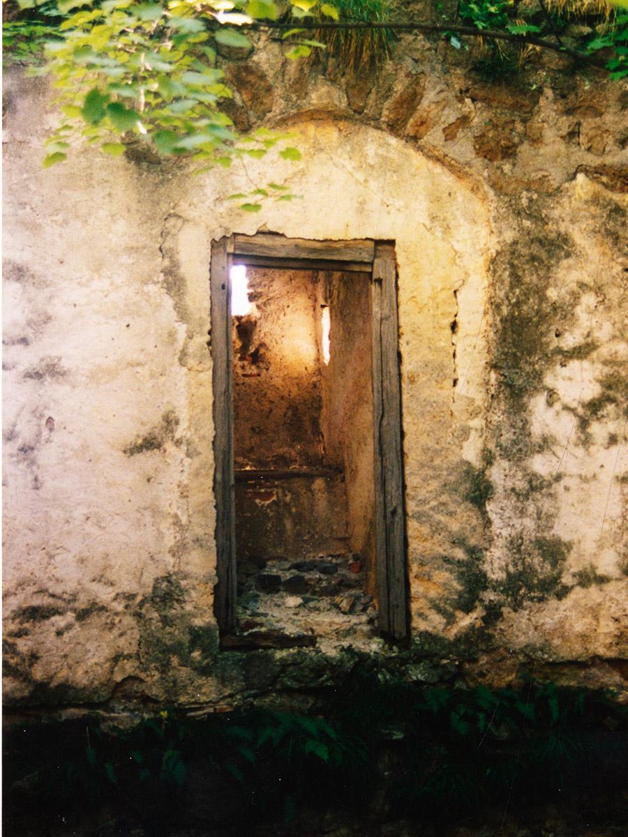 Thernberg: zum Abtritt umgebautes romanisches Sitznischenfenster
