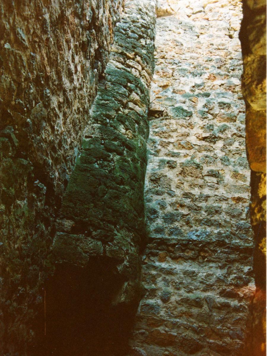 Bergfried: romanischer Mantelkamin im Bergfried