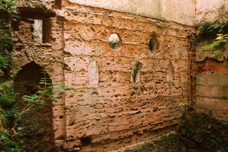 Thernberg: Mörtelabdrücke der Bohlenstube an der Hofseite