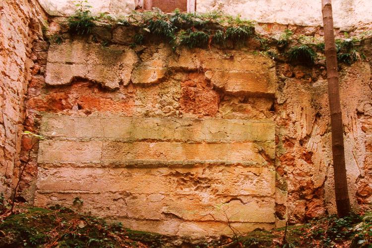 Thernberg: Mörtelabdrücke der Bohlenstube an der Talseite