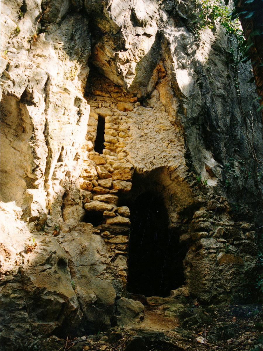Thernberg: Hof mit Eingang zur Höhle