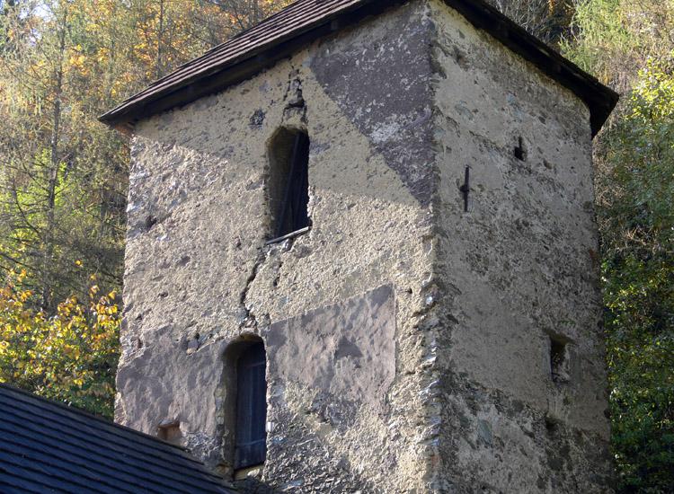 Tollinghof: Rückseite des Bergfrieds mit den Putzabdrücken der verfallenen Geschosse.