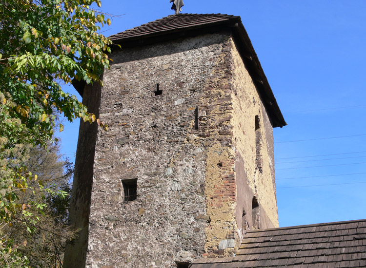 Tollinghof: Bergfried mit Schiesscharten.