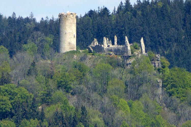 Rotenfels: Blick auf die etwa 4 km entfernte Burg Waxenberg.
