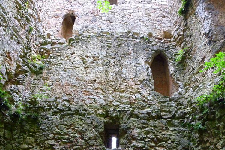 Hugerturm Waldstein: Innenseite des Wohnturms, Nordseite mit Treppe in der Mauerstärke.