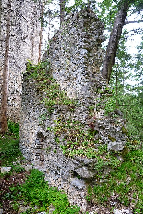 Hungerturm Waldstein: Treppe auf die Ringmauer.