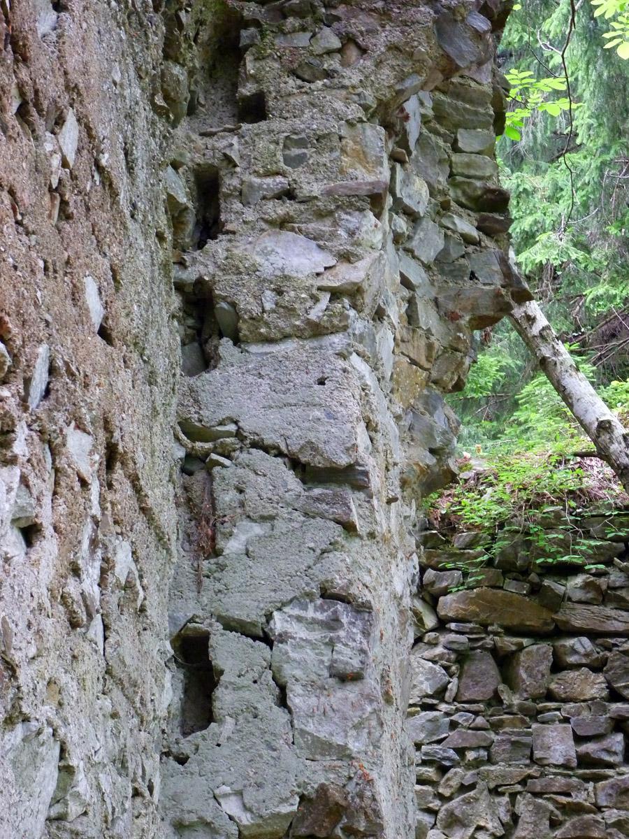 Neu-Waxenegg: Palas, Abdrücke der überkämmten Eckverbindungen der Bohlenstube.
