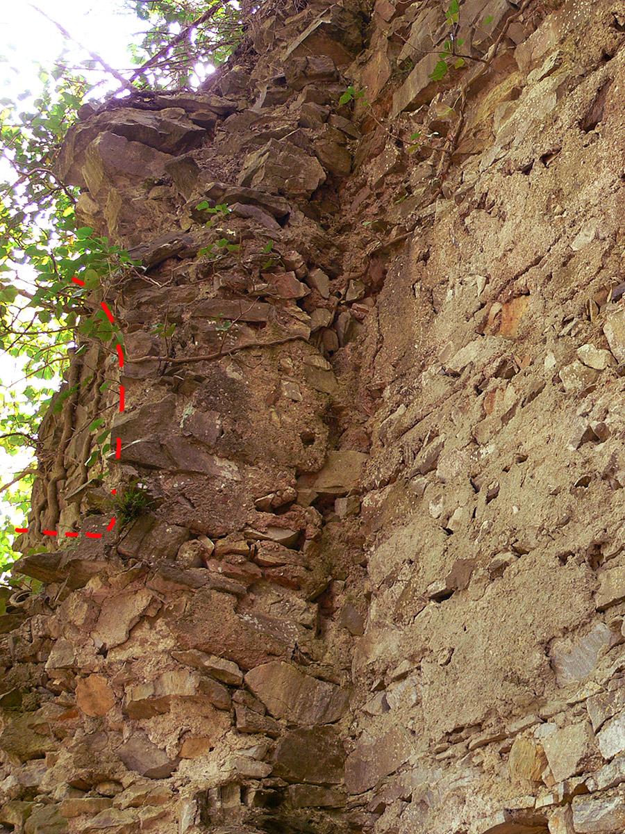 Neu-Waxenegg: Palas, Rest eines Trichterfensters an der Ostseite.