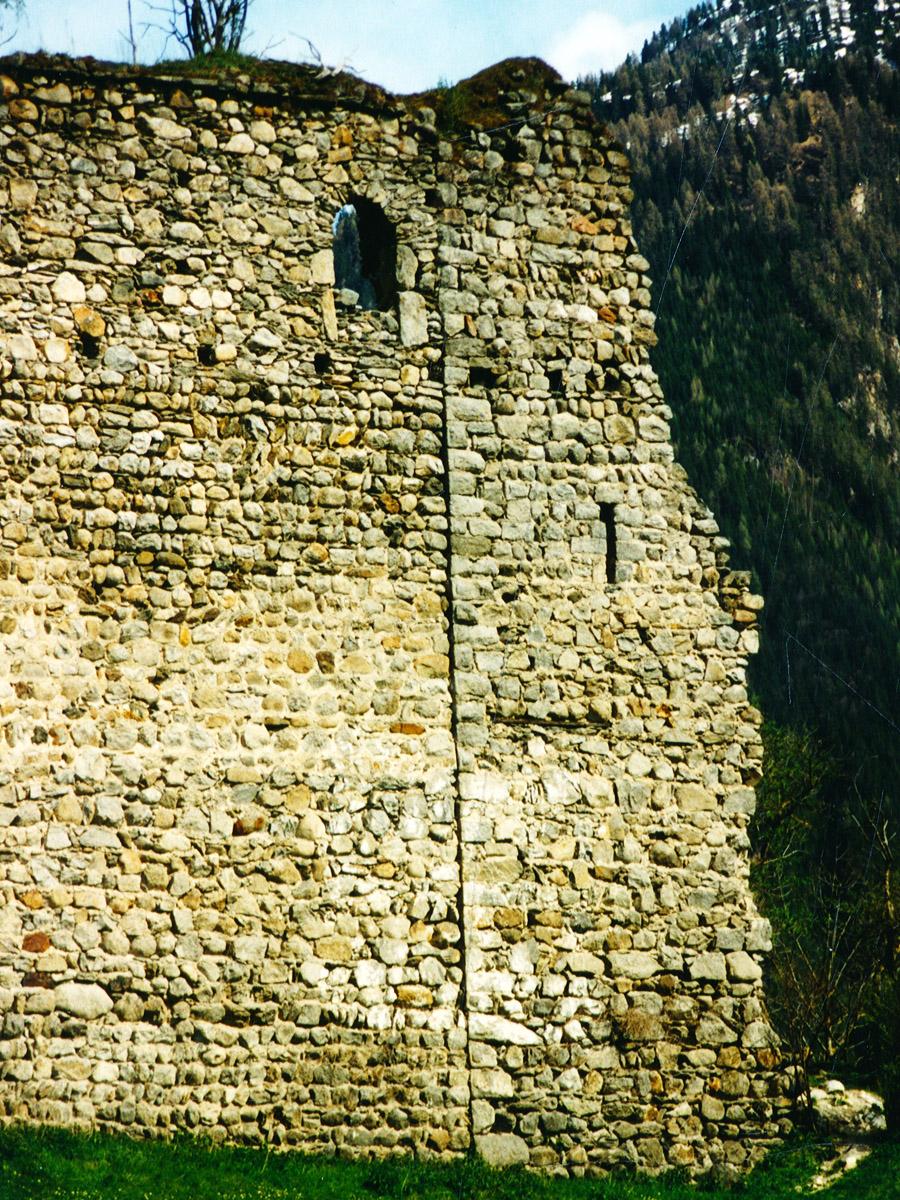 Hieburg: Baufuge zwischen westlicher Ringmauer und Palas (rechts).