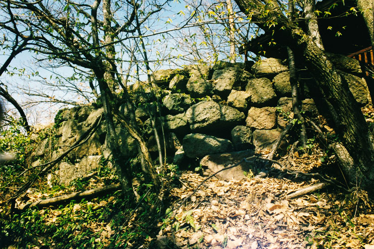 Alt-Gleichenberg. Aus spolierten Quadern errichtete Trockenmauer .