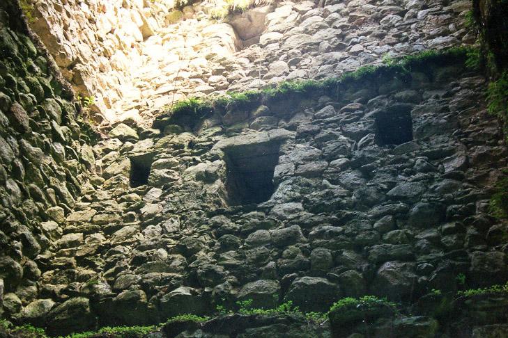 Hieburg: Fenster und Lichtschlitze im 2.OG des Bergfrieds