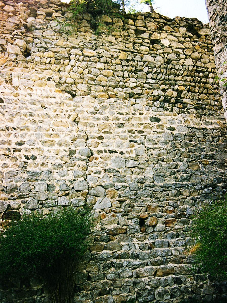 Hieburg: westliche Ringmauer, Innenseite im Bereich des Burgtors.