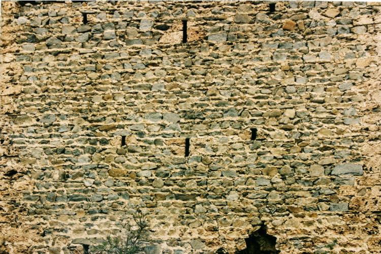 Hieburg: Lichtschlitze im 1. OG und 2.OG des Bergfrieds