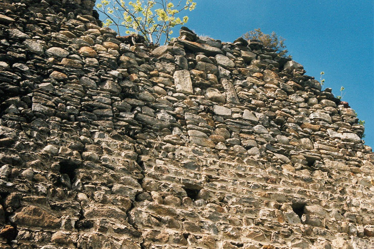 Hieburg: vermauerte Zinnenreihe an der südlichen Ringmauer.