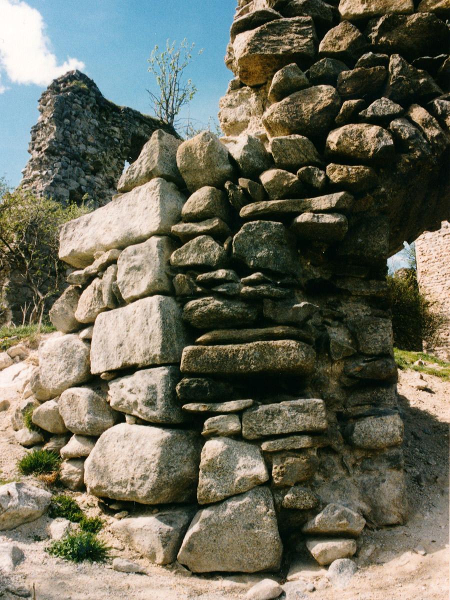 Hieburg: Eckquader des Palas und südliche Ringmauer.