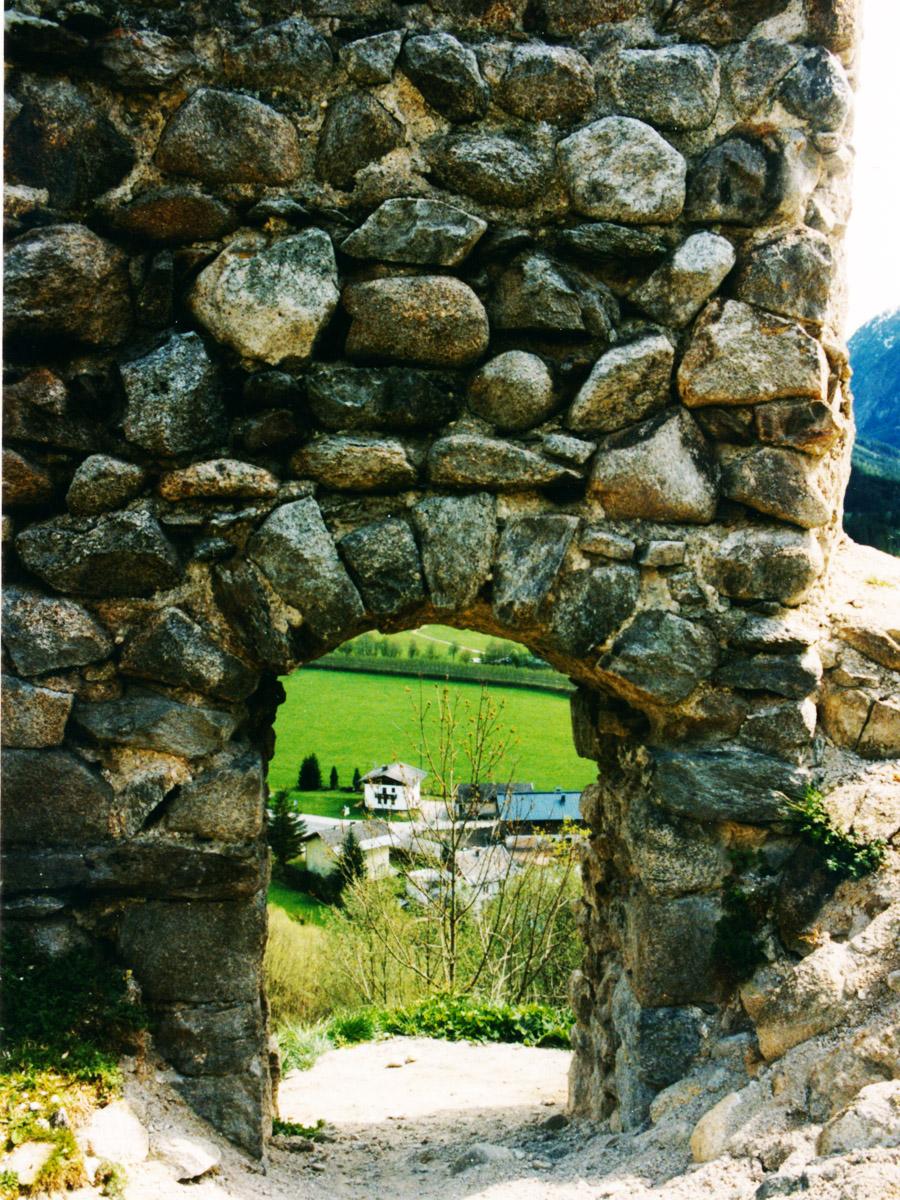 Hieburg: Tor in der südlichen Ringmauer (Innenseite), rechts Reste des Palas.