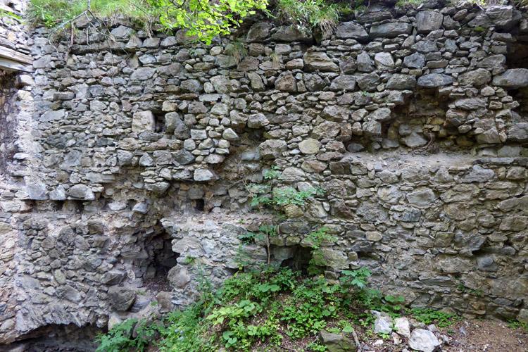 Kammerstein: innenseite des Torbaus mit versetzten Zwischendecken.