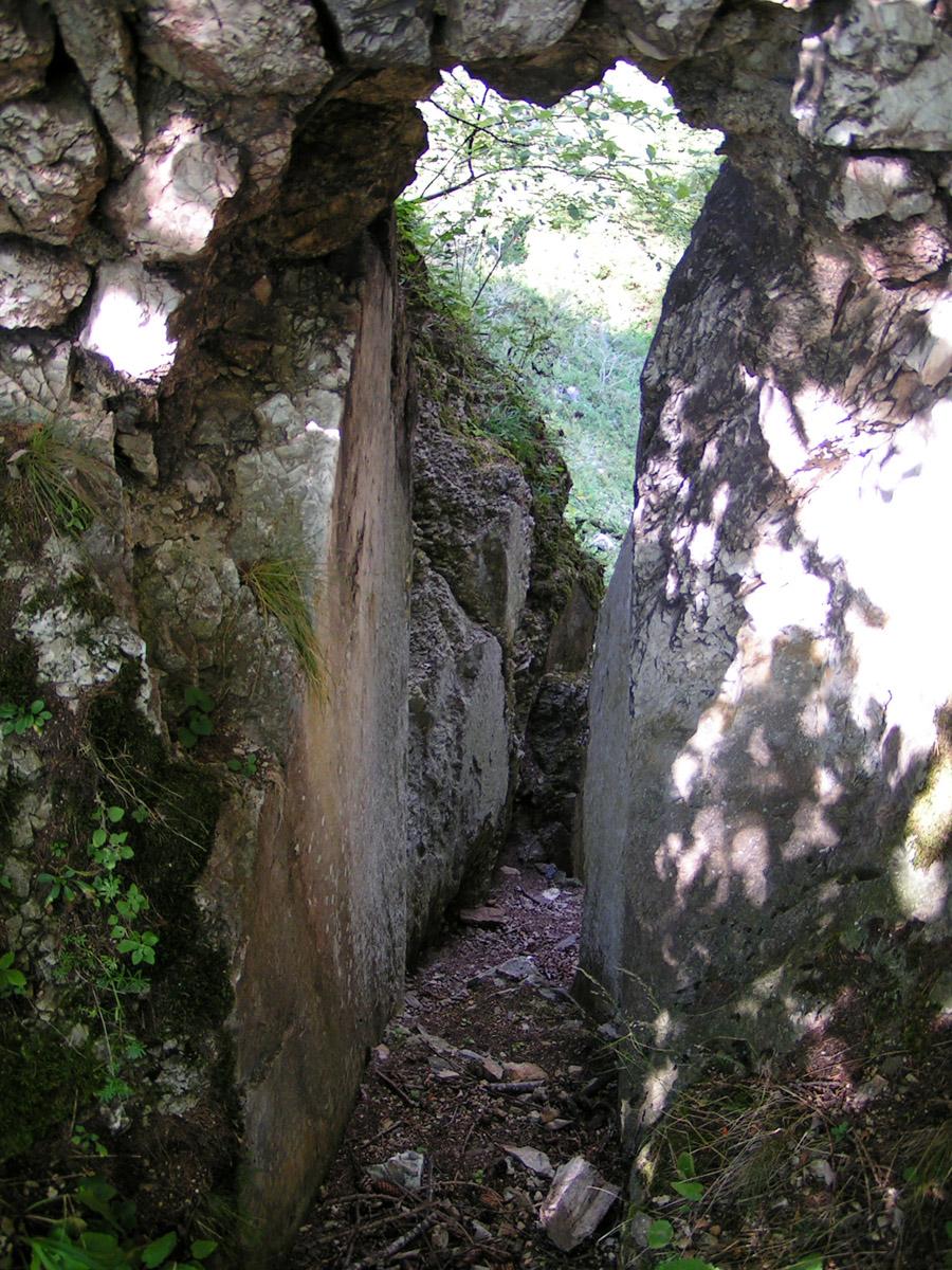 Kammerstein: künstlich erweiterte Felsspalte von innen gesehen.