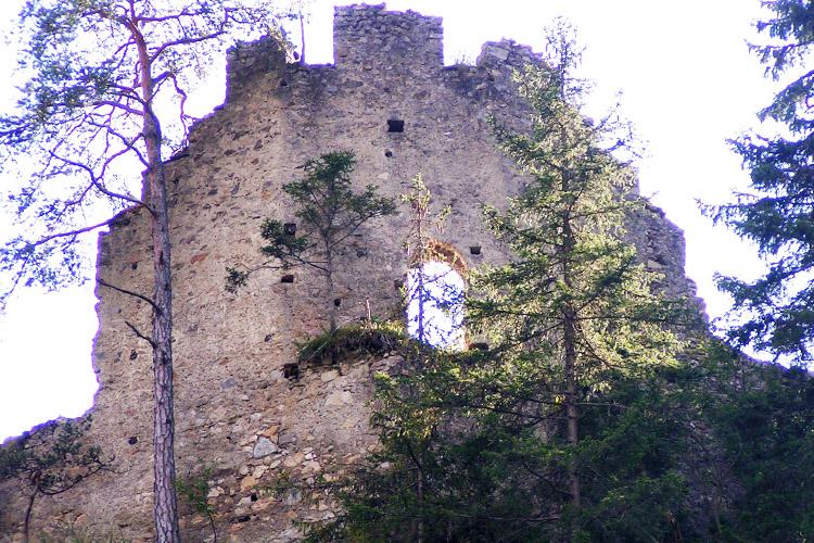 Kammerstein: obere Ringmauer mit Giebel und unterschiedlichen Mauerstäken.
