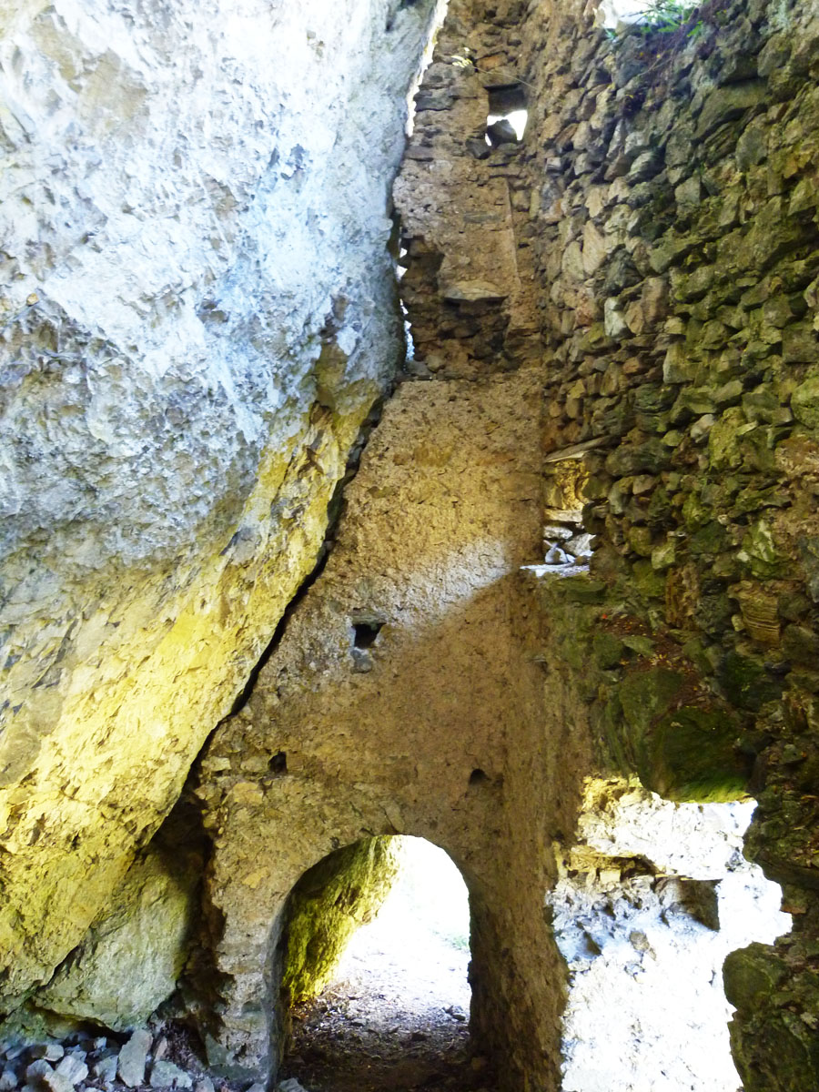 Kammerstein: Tor 3 von innen mit dem an den Felsen gelehnten Gewölbe.