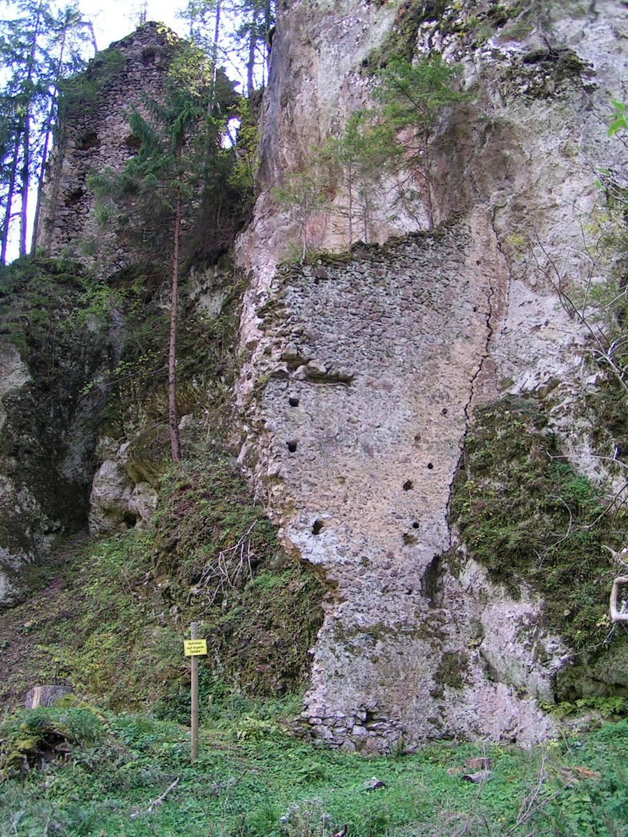 Kammerstein: Trennwand zwischen Vorburg und Burgweg.