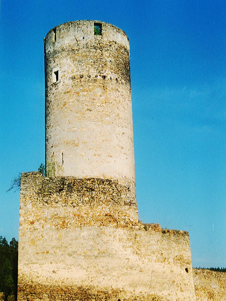Kollmitz: Bergfried mit keilförmiger Schildmauer.