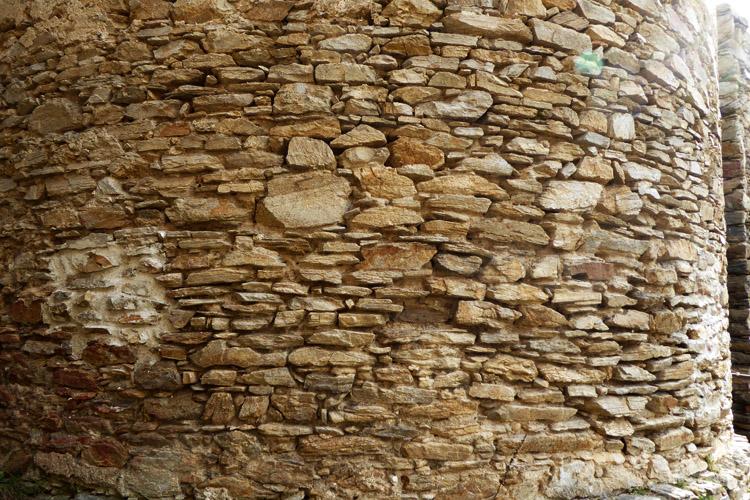 Kollmitz: unverputztes Mauerwerk an der Basis des Bergfrieds.