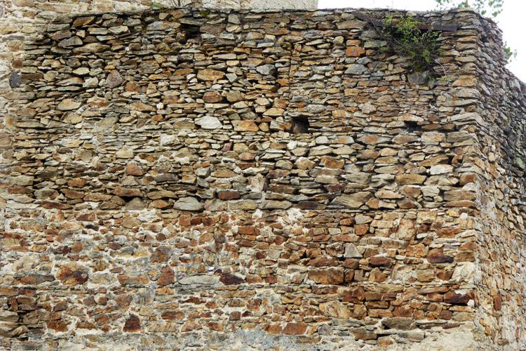 Kollmitz: mehrphasiges Mauerwerk der Schildmauer und vermauerte Zinne.