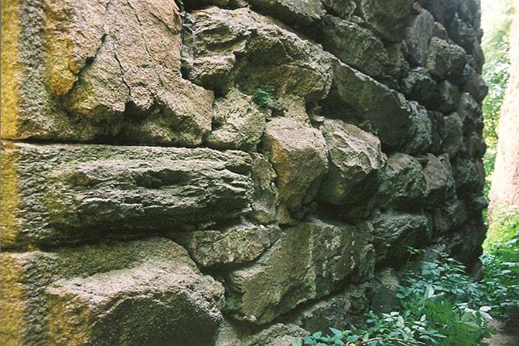 Schaunberg_ Buckelquader und Megalithmauerwerk im unteren Bereich des Berfrieds.