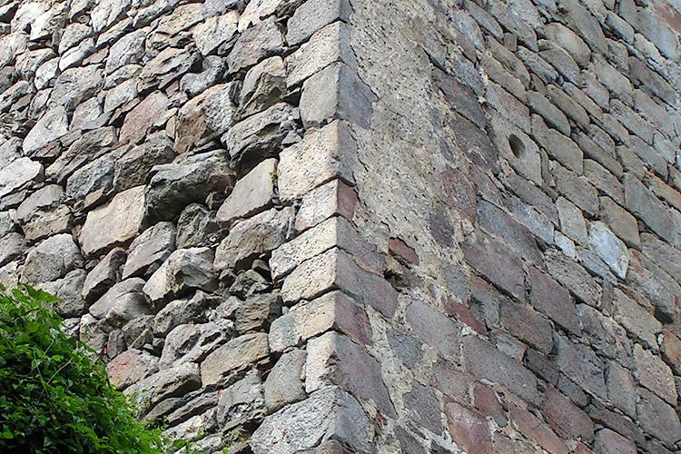 Schaunberg: glatte Quader an der Rückseite des Bergfrieds (rechts)