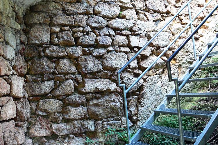 Wartenfels: nicht restauriertes Mauerwerk in der Torhalle.