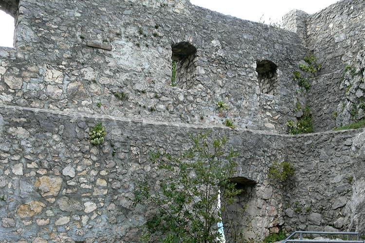 Wartenfels: Westseite des Palas mit restaurierten Fenstern.