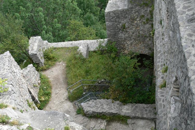 Wartenfels: Blick vom Bergfried in den Palas und auf das Burgtor.