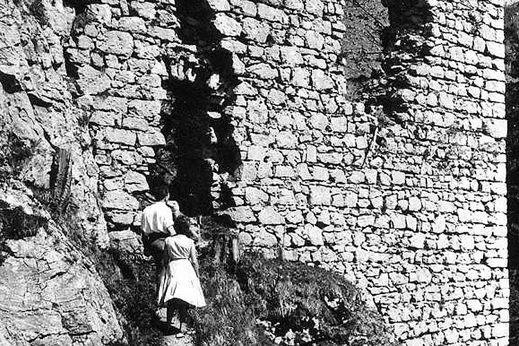Wartenfels: Ansichtskarte von 1950 mit unsaniertem Mauerwerk.