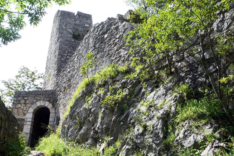 Wartenfels: Zwinger mit Tor zur Hochburg.