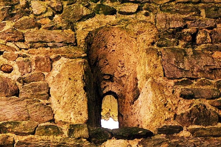 Weyerturm: Doppeltrichterfenster an der Südseite der Kapelle.