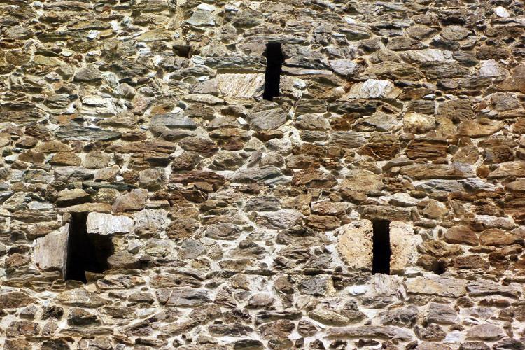 Weyerturm: Lichtschlitze der Wohngeschosse an der Südseite.