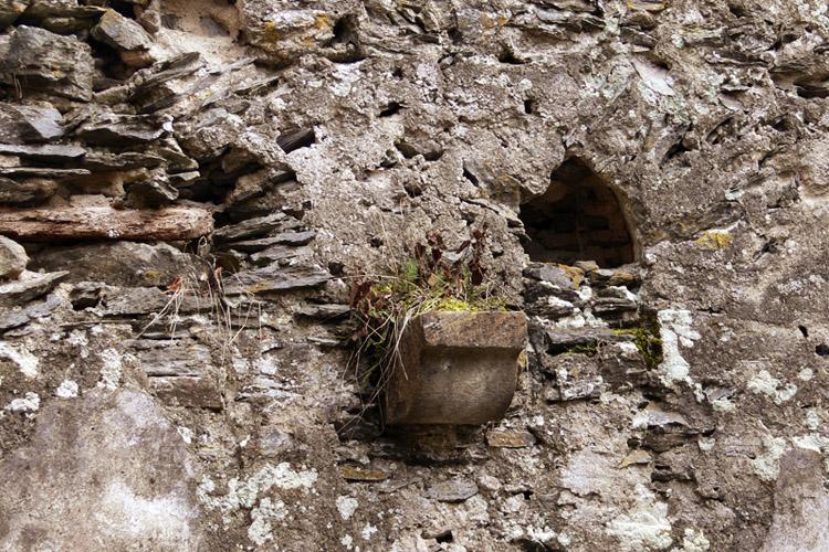 Niederkraig-Palas: Spitzbogige Öffnung der Talseitigen Fenstergruppe, vermauert mit spätgotischer Konsole.