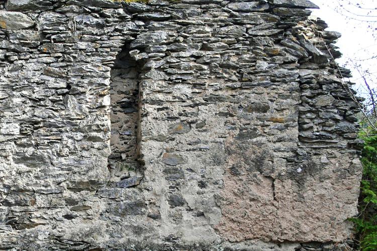 Niederkraig Palas. Rundbogenfenster der ersten Bauphase (rechts) und Wandkasten (links).