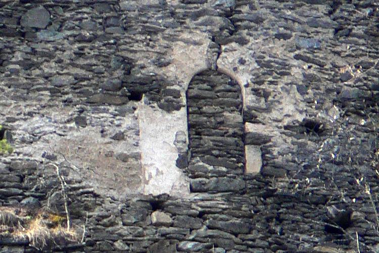 Niederkraig Palas: Rundbogentüre an der Talseite im 1.Obergeschoss. (1OG_01)