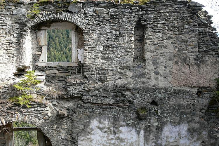 Niederkraig: Palas Südseite, 1.OG mit zweilichtigem Sitznischenfenster und Wandnische