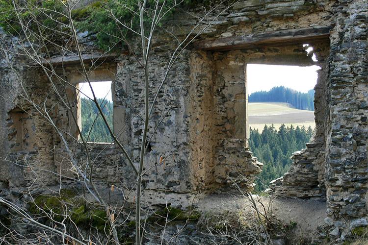 Niederkraig : Palas, Fensternischen und Abdrücke der Stube.