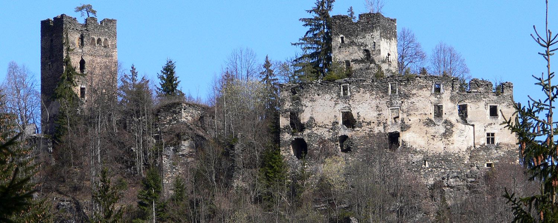 Totale der Burganlage mit Wohnturm (rechts) und Bergfried uns Palas (links). Foto 2007.