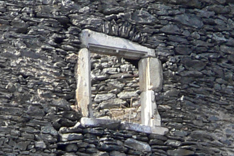 Niederkraig: Palas Südfassade 1. Obergeschoss. Zweilichtiges Fenster.