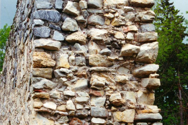 Obervoitsberg: senkrechte Baufuge an der östlichen Ringmauer