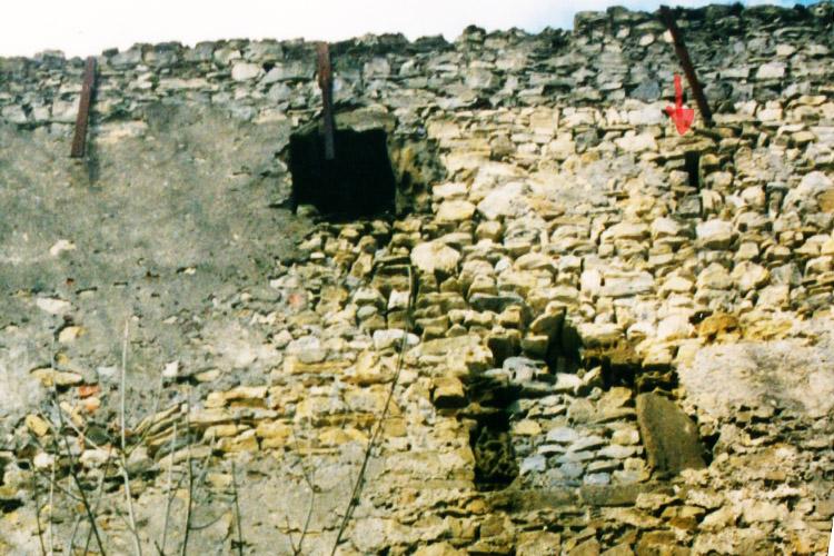Obervoitsberg: 2.Obergeschoss des Wohnturms, mit Rechteckfenster und Lichtschlitz (Foto 2000)