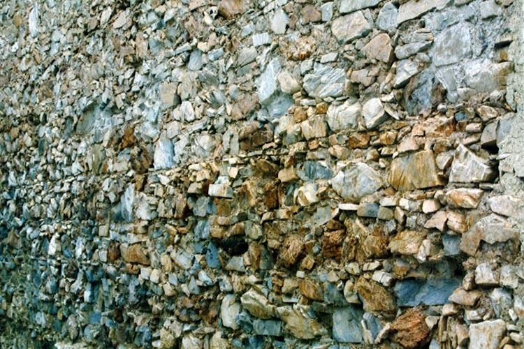 Gross-Sölk: Mauerwerk an der Aussenseite der Ringmauer im Norden