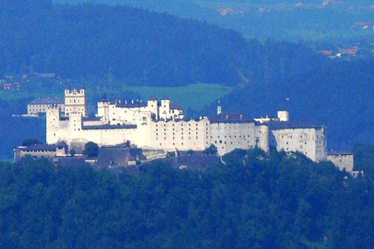 Gutrat: Blick auf die Festung Hohensalzburg und die Wallfahrtkirche Maria Plain